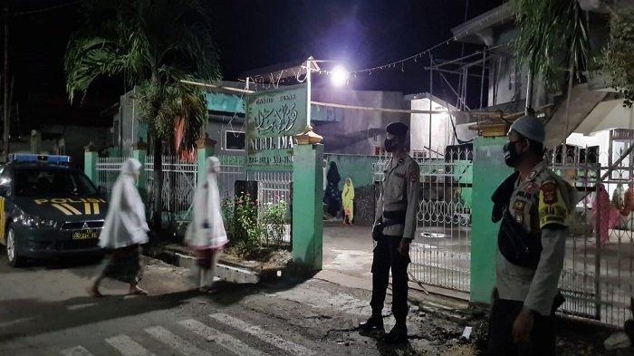 Salat Tarawih di Sumbawa Dijaga Aparat, Jaga Keamanan dan Awasi Prokes