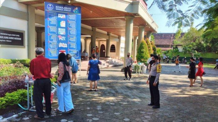 Gereja-Gereja di Mataram Dijaga Ketat Anggota Polisi saat Ibadah