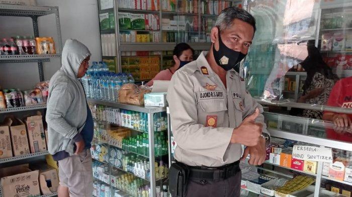 AWAS BAHAYA KOMIX: Anggota Polsek Alas Sumbawa mensosialisasikan bahaya penyalahgunaan obat Komix ke warga, Sabtu (15/5/2021).