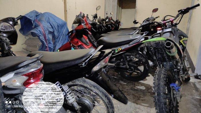 BALAP LIAR: Motor-motor yang dipakai saat balap liar dibawa ke kantor polisi, usai razia balap liar, Kamis (4/2/2021).