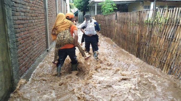 BANJIR: Banjir merendam rumah-rumah warga di Desa Labuhan Lombok dan Desa Seruni Mumbul, Pringgabaya, Lombok Timur, Senin (14/12/2020).