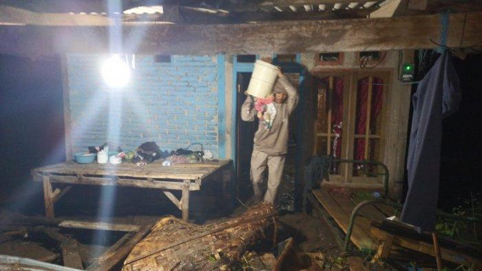 Rumah-rumah warga di Kecamatan Hu'u, Kabupaten Dompu, NTB rusak akibat banjir bandang, Selasa (9/3/2021) malam.
