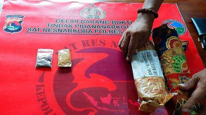 Barang bukti kasus penyalahgunaan narkotika dibawa ke Mapolres Sumbawa, Senin (14/12/2020).