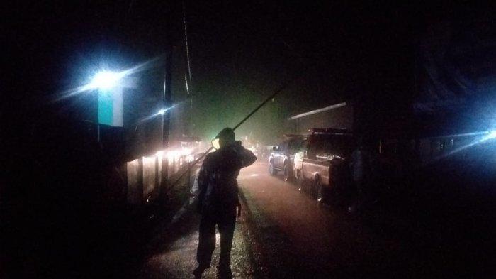 Tim SAR Pos Bima menyisir rumah-rumah warga terdampak banjir, di Kecamatan Hu'u, Kabupaten Dompu, Selasa (9/3/2021) malam.