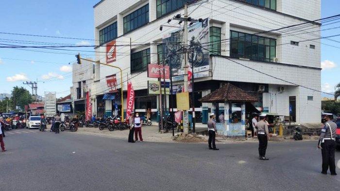 BERDOA: Polisi menghentikan para pengguna jalan untuk mengheningkan cipta dan berdoa agar Indonesia bebas dari Covid-19, Sabtu (10/7/2021). (Dok. Polres Sumbawa)
