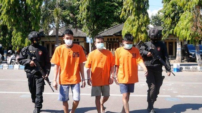 DITANGKAP: Dua orang pencuri spesialis bobol ATM dan brangkas beserta satu orang penadah digiring untuk keterangan pers, di markas Polres Lombok Barat, Rabu (2/6/2021).