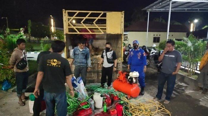 BOM IKAN: Tujuh nelayan ditangkap bersama sejumlah barang bukti bom ikan di Sape, Kabupaten Bima, Sabtu (31/7/2021).(Dok. Polres Bima Kota)