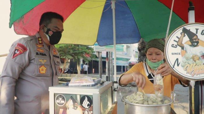 Aksi Kapolda NTB Borong Dagangan PKL saat PPKM Darurat, Pedagang Cilok hingga Jagung Sumringah