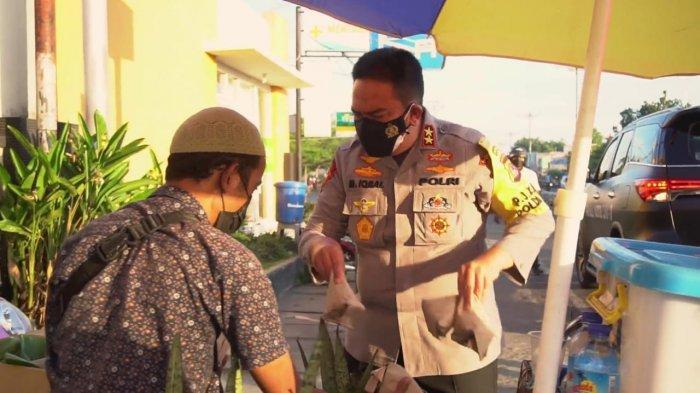 BORONG: Aksi Kapolda NTB Irjen Pol Muhammad Iqbal saat memborong dagangan para pedagang kaki lima di pinggir jalan Kota Mataram, Minggu (18/7/2021). (Dok. Polda NTB)