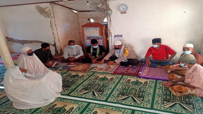 Cerita Brigadir Agus Salim, Anggota Polisi yang Ajarkan Lansia Membaca Alquran di Dompu