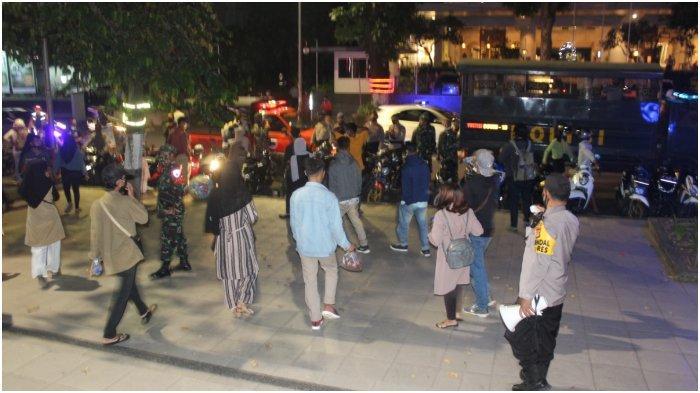 Malam Tahun Baru Sepi karena Pandemi, Warga Dibubarkan Petugas Patroli
