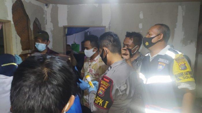BUNUH DIRI: Mayat pria korban bunuh diri di Narmada,. Lombok Barat dievakuasi petugas, Jumat (28/5/2021).(Dok. Polsek Narmada)
