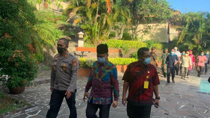 RS DARURAT: Bupati Lombok Barat Fauzan Khalid (tengah) bersama Kapolres Lombok Barat AKBP Bagus S. Wibowo meninjau hotel yang disiapkan sebagai RS Darurat, Kamis (15/7/2021).