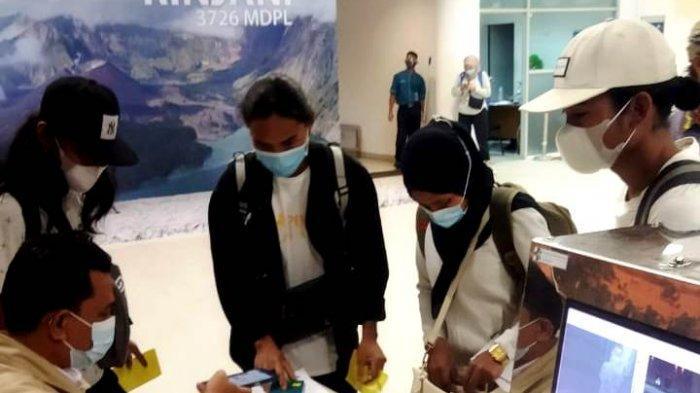 BURUH MIGRAN: Para buruh migran tiba di Bandara Internasional Lombok, satu orang diantaranya dalam kondisi sakit, Rabu (23/6/2021). (Dok. Disnakertrans NTB)