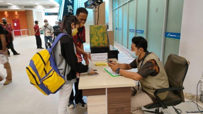 PEMULANGAN: Para buruh migran asal NTB diperiksa kesehatannya saat tiba di Bandara Internasional Lombok, Jumat (21/5/2021). (Dok. Disnakertrans NTB)