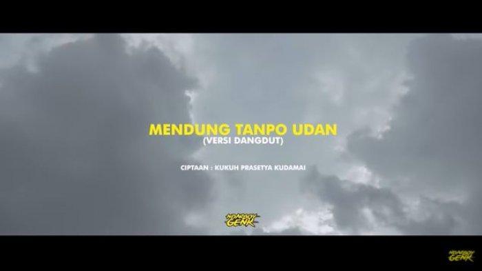 Chord dan Lirik Lagu Mendung Tanpo Udan - Ndarboy Genk: Aku Moco Koran Sarungan Kowe Blonjo Dasteran