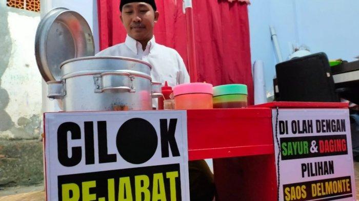 CILOK PEJABAT: Di rumahnya, Lutfi Ramli menunjukkan rombong dagangannya, Rabu (28/7/2021) malam. Pedagang cilok asal Kelurahan Punia, Kota Mataram ini mendadak viral karena berjualan mengenakan jas ala pejabat.