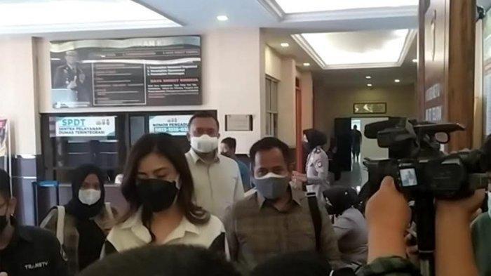 Dhena Devanka hadir panggilan pemeriksaan awal di Polres Jakarta Selatan, Jumat (27/8/2021)
