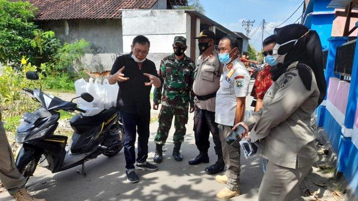 DIBUBARKAN: Petugas Polisi dan TNI menghentikan acara pernikahan di Sumbawa, Rabu (18/2/2021).
