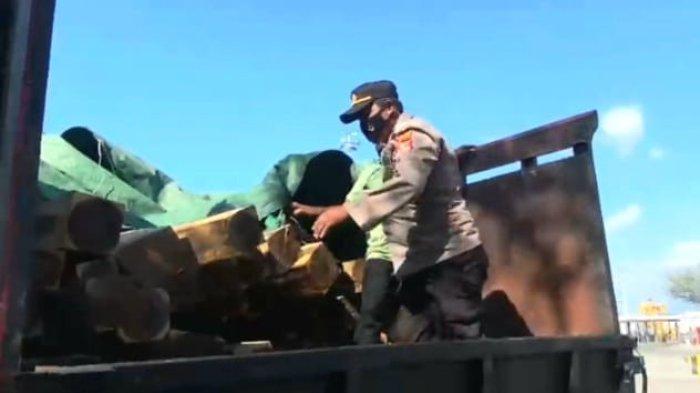 Selundupkan 15 Kubik Kayu Ilegal dari Sumbawa, Sopir Truk Ganti Plat Kendaraan di Jalan