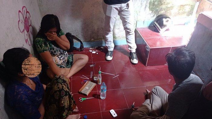 DIGEREBEK: Tim Satresnarkoba Polresta Mataram menggerebek rumah penjual sabu-sabu di Karang Medain, Kota Mataram, Senin (14/6/2021). (Dok. Polresta Mataram)