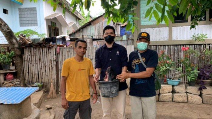 DILINDUNGI: Petugas SKW III Bima dari BKSDA NTB menemukan sisa potongan lumba-lumba yang diangkut warga Desa Panda, Bima, Sabtu (11/9/2021). Potongan kepala lumba-lumba tersebut kemudian dikubur.