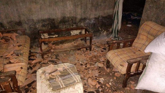 DISERANG: Rumah Jalil Tadah di Kelurahan Jatibaru Timur, Kecamatan Asakota, Kota Bima diserang warga karena dituduh dukun santet, Rabu malam (24/3/2021).