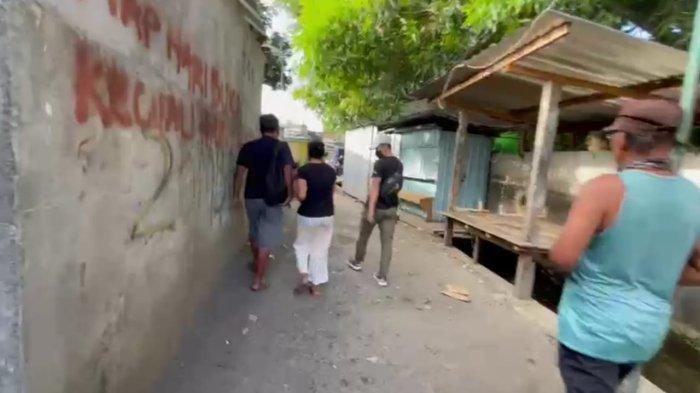 DITANGKAP: Ibu rumah tangga berinisial JI tidak berdaya saat ditangkap tim Satres Narkoba Polresta Mataram, Selasa (5/10/2021). (Dok. Polresta Mataram)