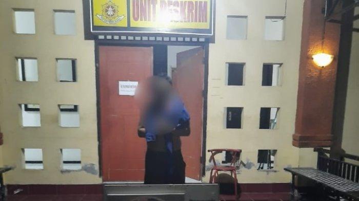 DITANGKAP: Tersangka pencuri AC ditangkap bersama barang bukti hasil curian oleh tim Polsek Cakranegara.