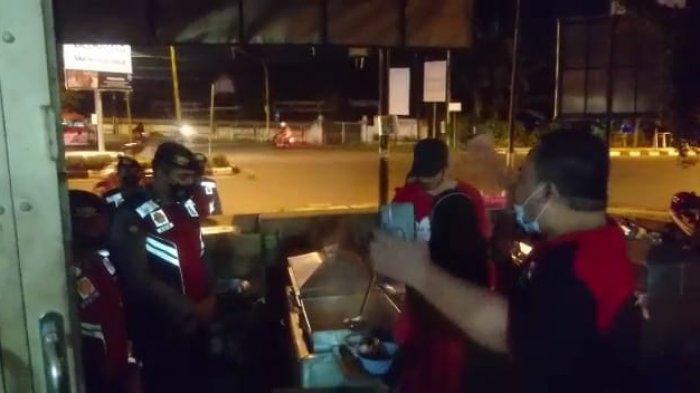 PROTES: Potongan video pemilik warung bakso menyampaikan protes kepada petugas gabungan PPKM Darurat.