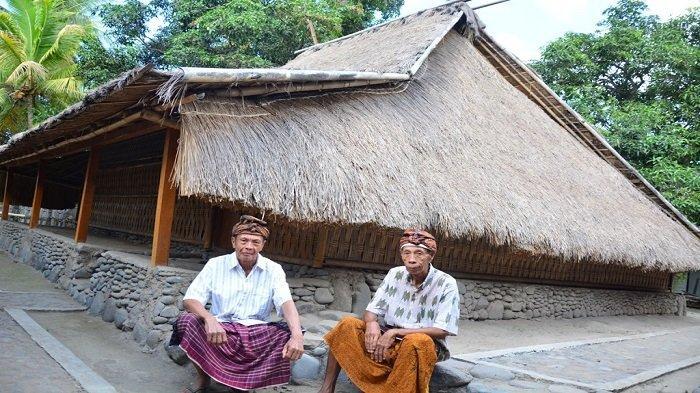 SESEPUH BAYAN: Dua sesepuh masyarakat adat WetuTelu duduk di rumah adat, di Desa Bayan, Kabupaten Lombok Utara. Foto ini diambil 17 Januari 2016.
