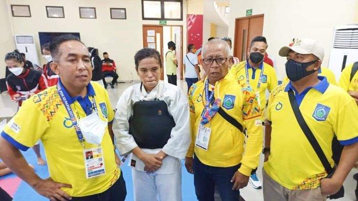 EMAS KEMPO: Rini Kurniati (tengah) bersama Ketua KONI NTB Andy Hadianto (dua dari kanan) dan Ketua Kontingen PON NTB H Mori Hanafi (paling kiri) usai mendapatkan medali emas ke-12 bagi NTB, di Kabupaten Jayapura, Rabu (13/10/2021).