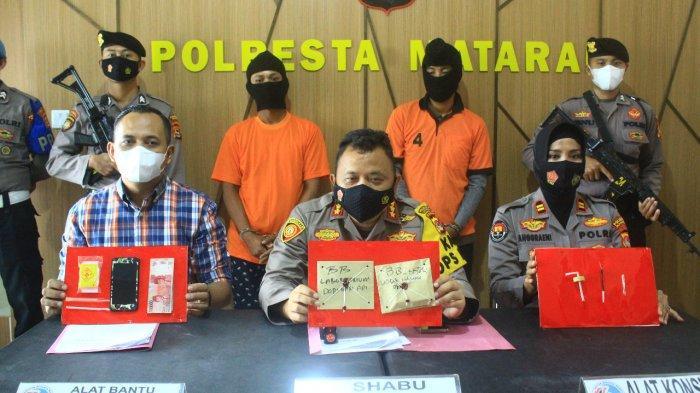 PENGEDAR: Kapolresta Mataram Kombes Pol Heri Wahyudi (tengah) menunjukkan kedua pelaku dan barang bukti sabu, dalam keterangan persnya, Rabu (24/2/2021).