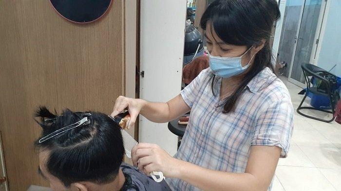 Kisah Keke, Gadis Lulusan Beijing Rela Jadi Tukang Cukur Keliling Demi Biaya Pengobatan sang Ayah