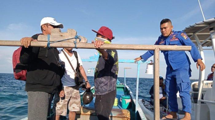 EVAKUASI: Personel Sat Polairud Polres Sumbawa saat mengevakuasi nelayan yang terombang ambing di perairan Pulau Moyo, Minggu (10/10/2021).