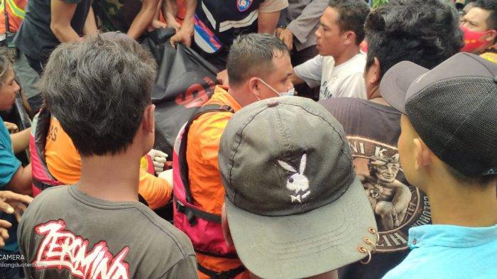 EVAKUASI: Tim SAR gabungan mengevakuasi jenazah mantan kades di Sumbawa yang tenggelam, Kamis (25/2/2021).
