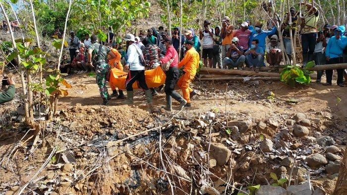 EVAKUASI: Tim SAR gabungan mengevakuasi empat orang penambang yang tewas, di Sumbawa, Rabu (6/10/2021).Dok. SAR Mataram