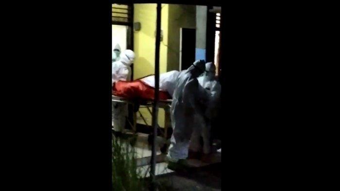 EVAKUASI: Tim Satgas Covid-19 Kota Mataram mengevakuasi jenazah AR, warga yang isolasi mandiri di rumahnya, di Lingkungan Taman Kapitan, Ampenan, Jumat (23/7/2021) malam. (Dok. Warga)