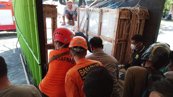 EVAKUASI: Buruh yang tertimpa kaca di Lombok Barat dievakuasi warga dan tim SAR gabungan dari, Minggu (6/6/2021).(Dok. Kontar SAR Mataram)