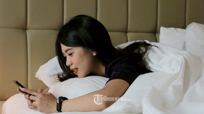 Sederet Kesalahan Penggunaan Ponsel dan Dampaknya pada Kesehatan, Termasuk Tidur di Dekat HP