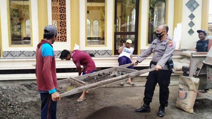 Aksi 2 Kapolsek di Lombok Tengah, Gotong Royong di Masjid hingga Santuni Anak Yatim
