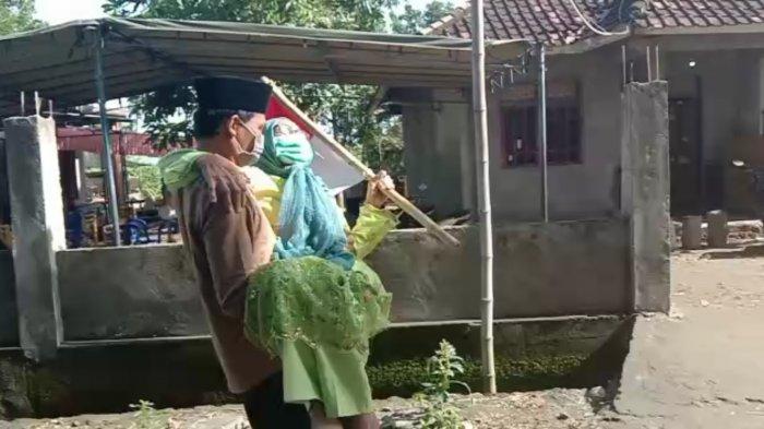 Gendong Ibu ke TPS, Calon Kades di Lombok Tengah Mimpi Dapat Wasiat Wakil Presiden