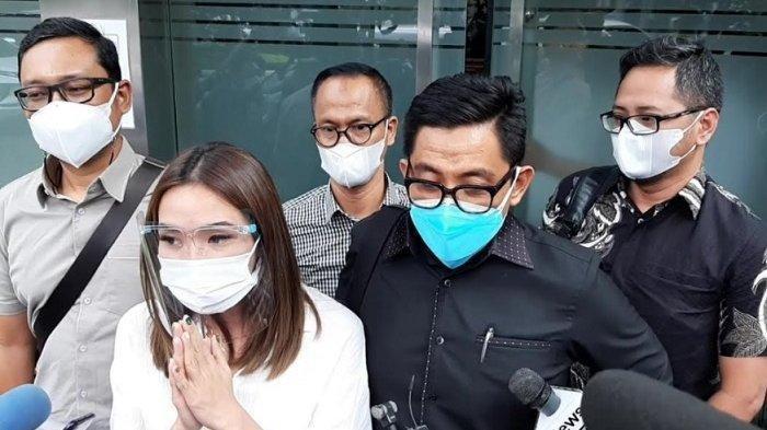 Kenakan Baju Putih, Gisel Datang ke Polda Metro Jaya untuk Jalani Pemeriksaan terkait Video Syur