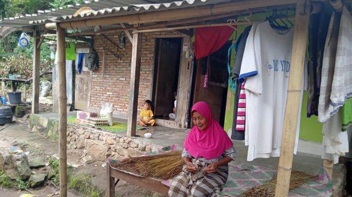 GOTONG ROYONG: Anggota Polsek Senggigi bersama relawan EF dan warga gotong royong membangun MCK bagi Nenek Sarini, Minggu (14/2/2021).