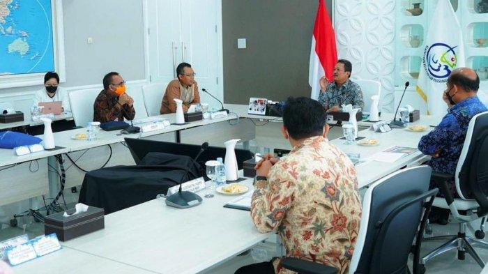 PERIKANAN: Gubernur NTB Zulkieflimansyah (tiga dari kiri) menemui Menteri Kelautan dan Perikanan (KKP) Sakti Wahyu Trenggono (tengah) untuk membahas rencana pembangunan pusat budi daya lobster di NTB, Kamis (27/5/2021). (Dok. Diskominfotik NTB)