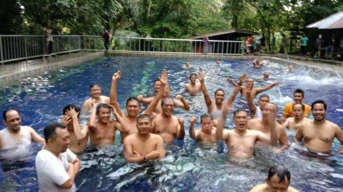 BERENANG: Gubernur Provinsi NTB Zulkieflimansyah berenang ramai-ramai dengan pejabatnya, di kolam renang Mandala, Bayan, Lombok Utara, Minggu (31/1/2021).