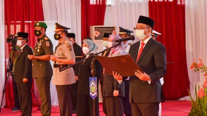 PELANTIKAN: Gubernur Provinsi NTB Zulkieflimansyah menyerahkan SK kepada enam pasangan kepala daerah terpilih hasil Pilkada 2020, saat pelantikan di kantor Gubernur NTB, Jumat (26/2/2021).