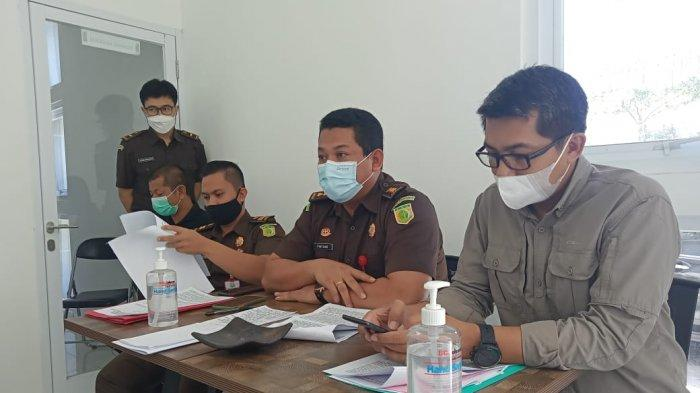 HEARING: Tim Koalisi Anti Kekerasan Seksual Terhadap Anak NTB diterima tim Kejari Mataram saat hearing, Kamis (22/4/2021). (TribunLombok.com/Sirtupillaili)