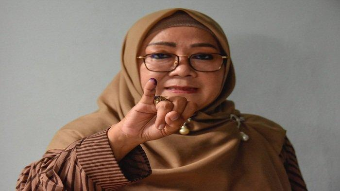 CALON WALI KOTA:Hj Putu Selly Andayani saat mencoblos di TPS-nya, Rabu (9/12/2020).