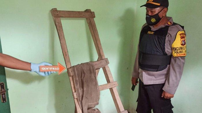 GANTUNG DIRI: Jasad Nuridan (29), asal  Desa Karang Sidemen, Kecamatan Batukliang Utara, Lombok Tengah diturunkan warga, Rabu (7/4/2021).